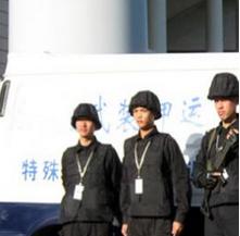 保安执勤人员对夏季运钞车的保养